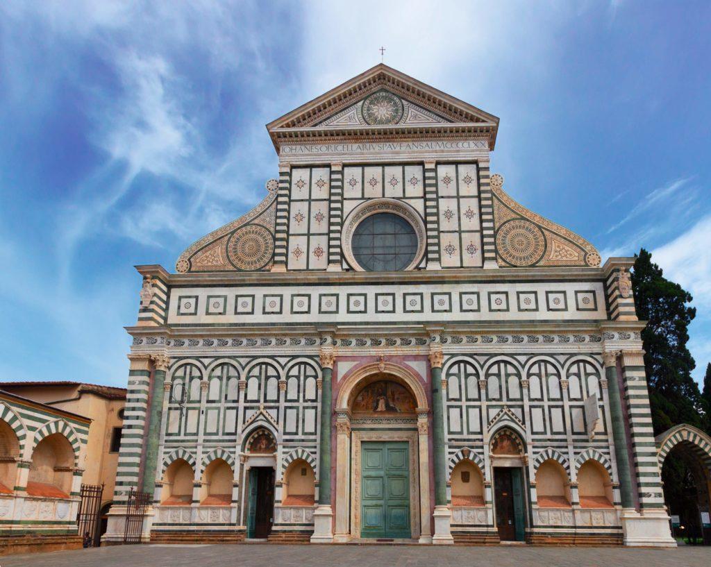 Fachada da Basílica de Santa Maria Novella, famoso templo religioso dominicano em Florença.