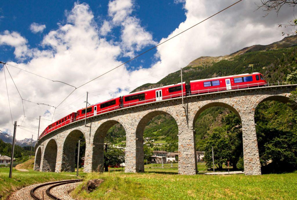 Viaduto espiral na parada em Brusio – Trem Bernina Express.