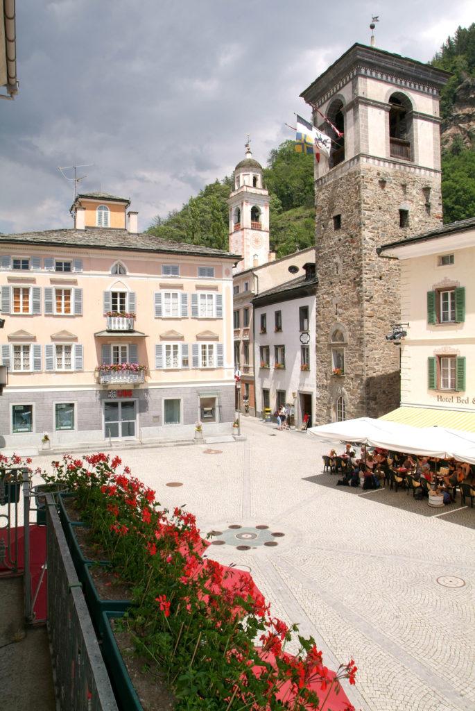 Praça central de Poschiavo nos Alpes suíços