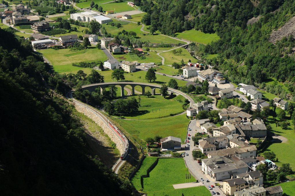 Vista do viaduto espiral na parada em Brusio – Trem Bernina Express