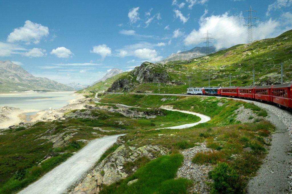 Trem Bernina Express percorrendo a ferrovia rética