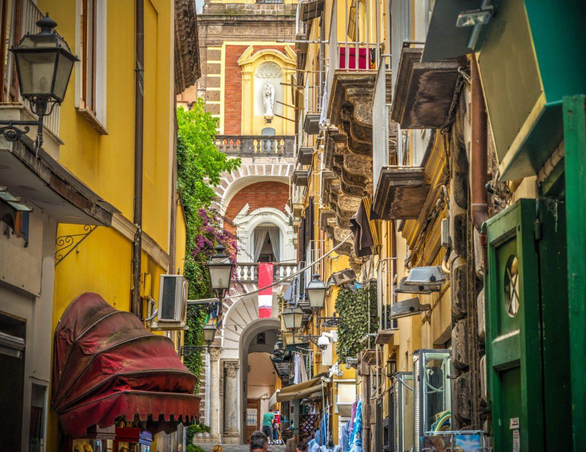 Rua em Sorrento com duomo ao fundo
