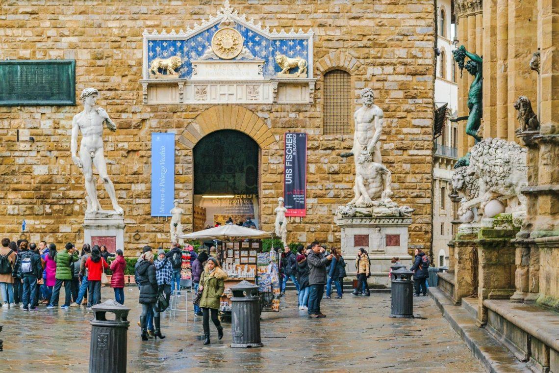 Entrada do Palazzo Vecchio na Piazza della Signoria, com réplica do David de Michelangelo à esquerda, colocada no lugar da estátua original