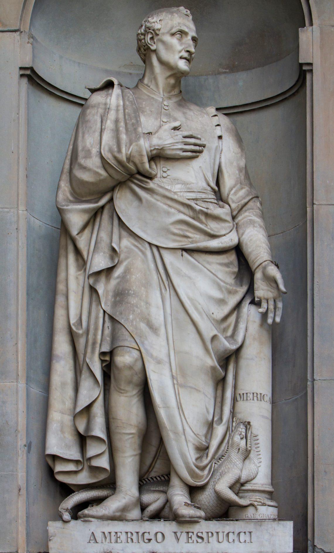 Estátua de Américo Vespucci, navegador que deu o nome ao continente americano, na fachada da Galleria degli Uffizi.