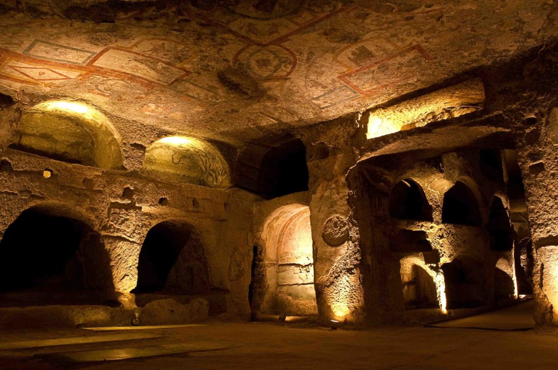 Catacumbas de San Gennaro, no subsolo da cidade, cuja vastidão e atmosfera misteriosa deixam impressionados.