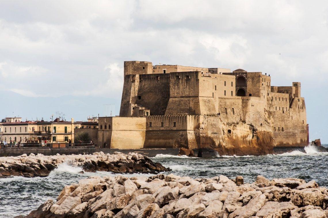 O famoso Castelo do Ovo na orla de Nápoles, dentro do qual estaria escondido o ovo-talismã que protege a cidade.
