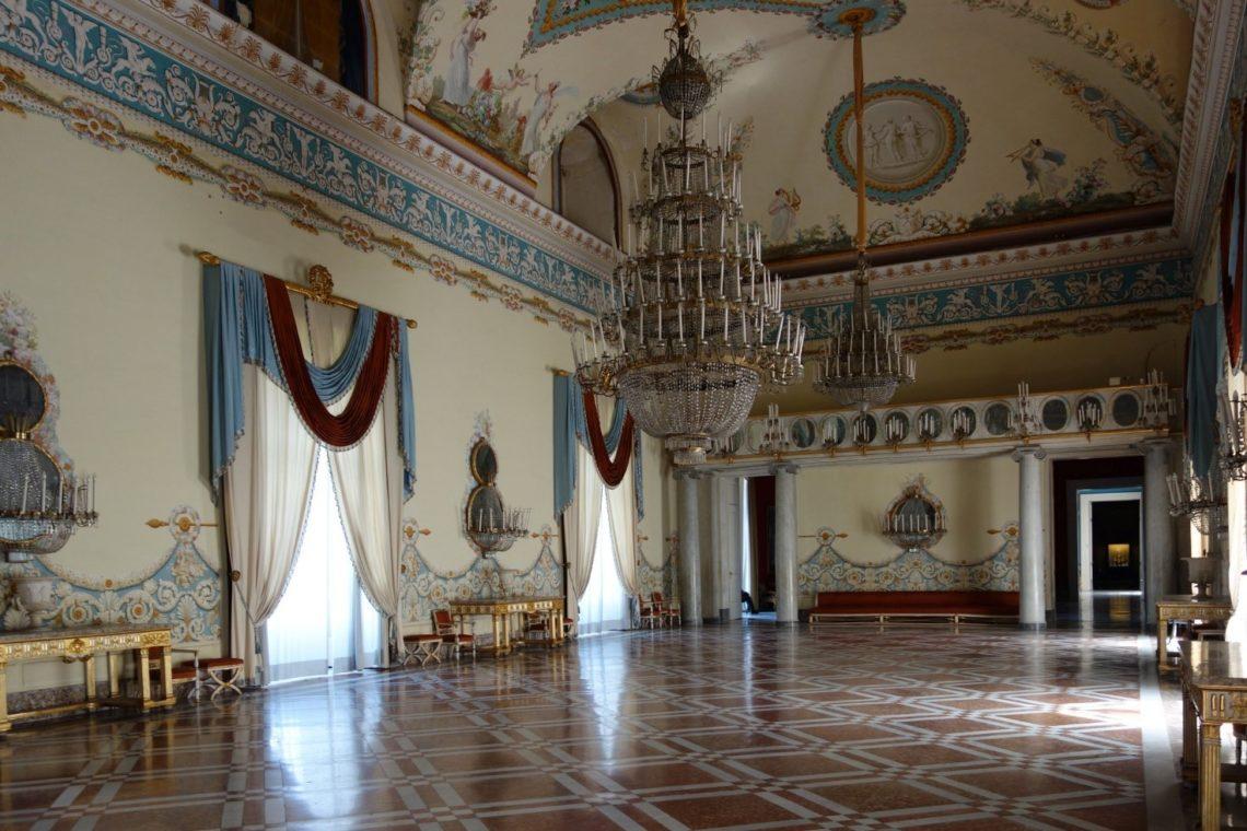 Salão de festas do Palácio de Capodimonte, antiga residência da família real.