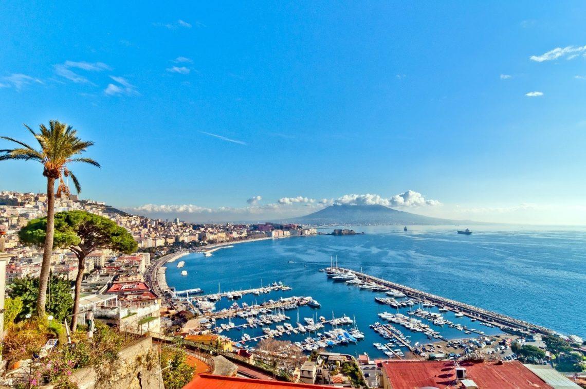 Vista de Nápoles de do seu famoso golfo; atrás, o vulcão Vesúvio.