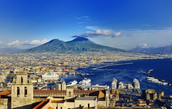 Vista de Nápoles de do seu famoso golfo; atrás, o vulcão Vesúvio