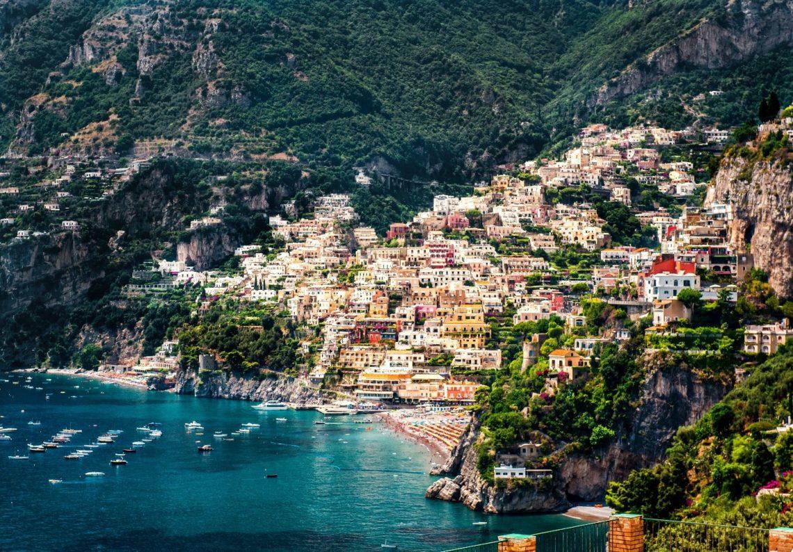 A encantadora cidade de Positano, com suas casinhas coloridas construídas sobre o penhasco.