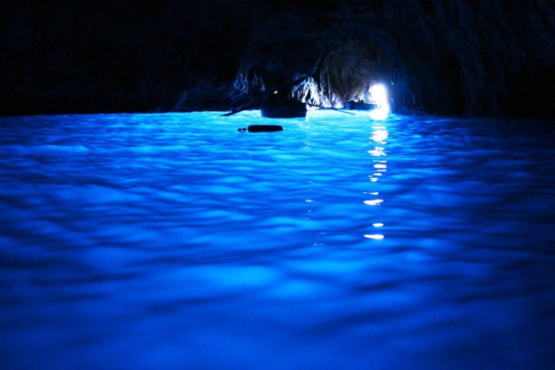A estupenda Grotta Azzurra de Capri, com o efeito da luz azul no seu interior.