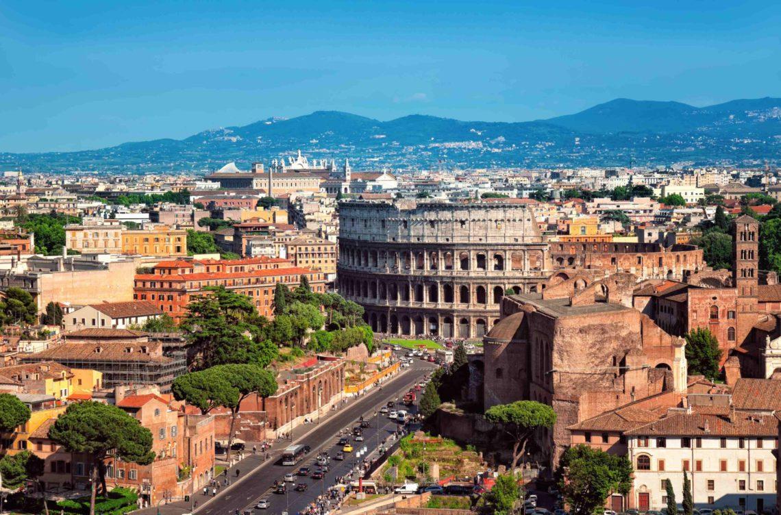 Coliseu abraçado pela cidade de Roma