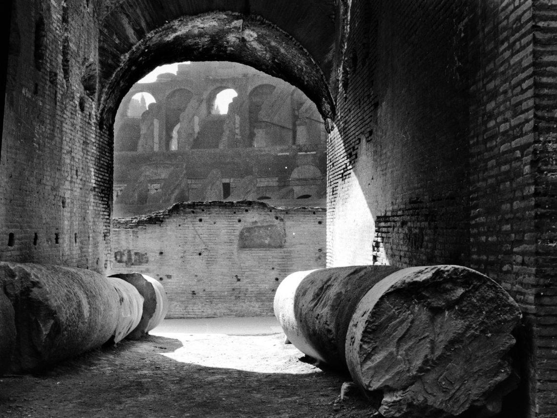 Imagem de um dos corredores internos do Coliseu, que conduz à arena central.