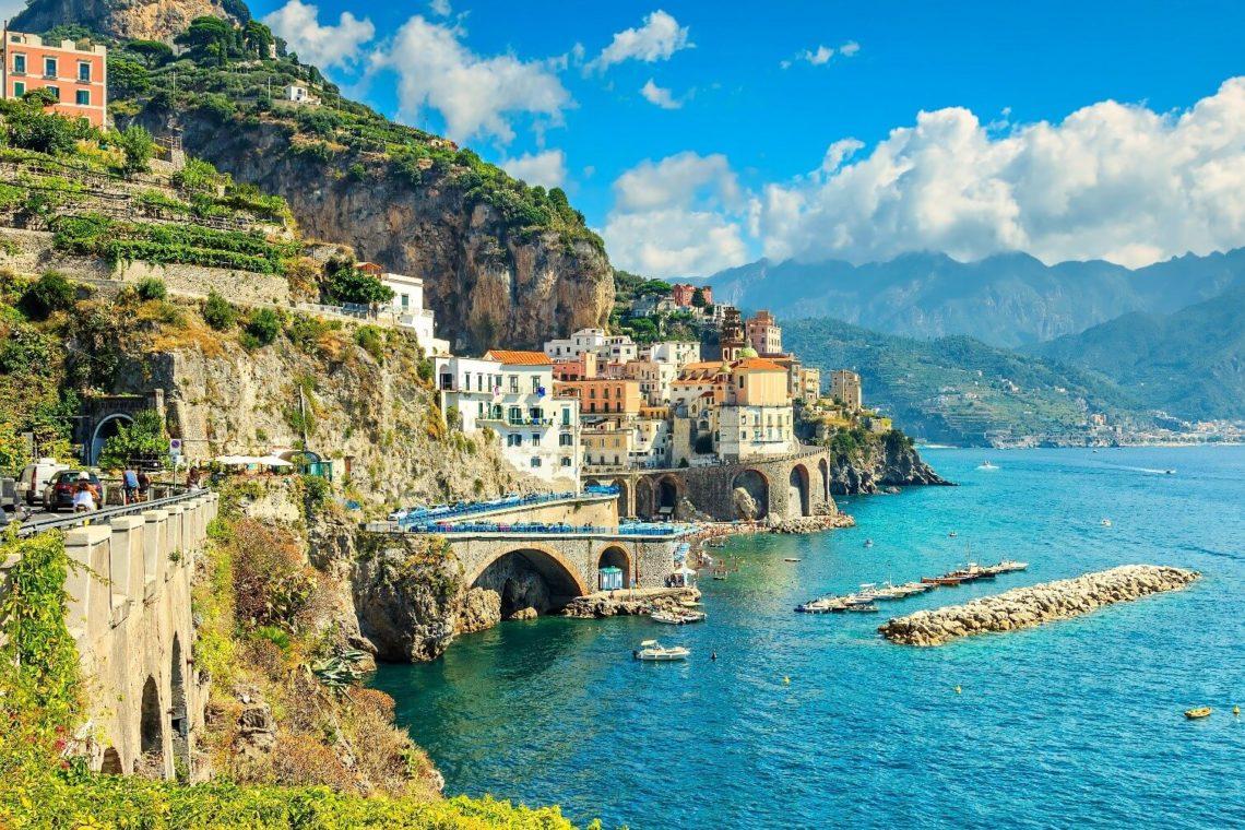 Um dos tantos belos vislumbres da Costa Amalfitana no litoral da Campânia