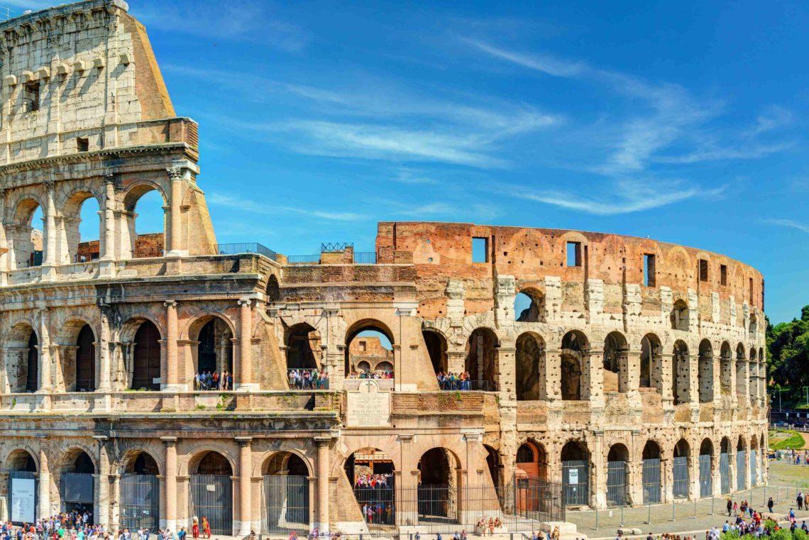 Vista do Coliseu em um dia ensolarado