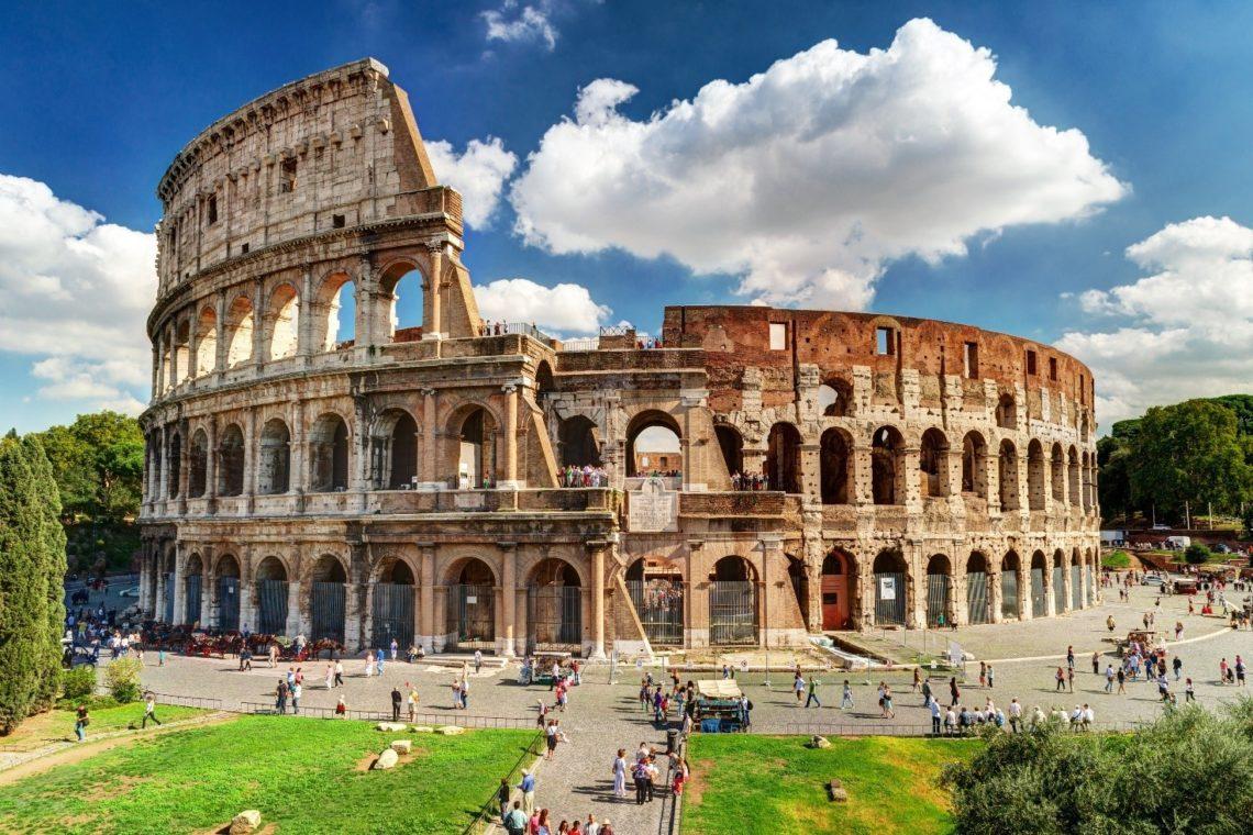 Vista lateral do Coliseu num dia ensolarado.