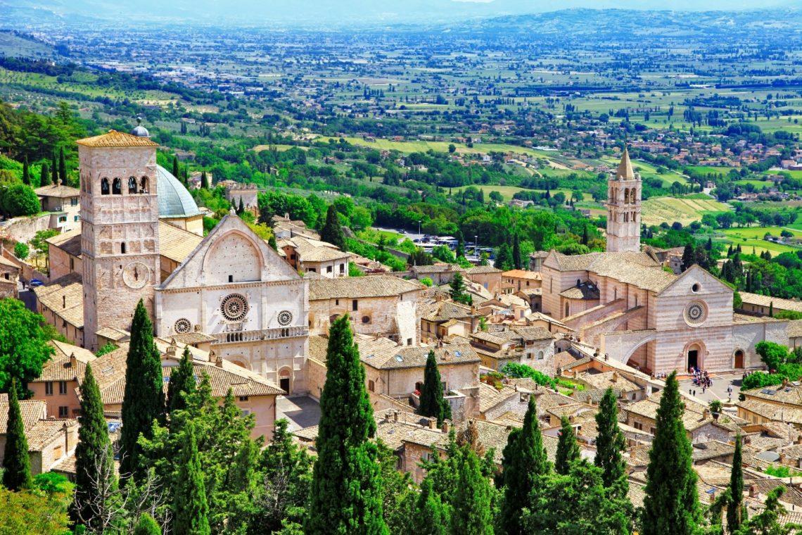 Cidade de Assis com vista em segundo plano dos campos da Úmbria.