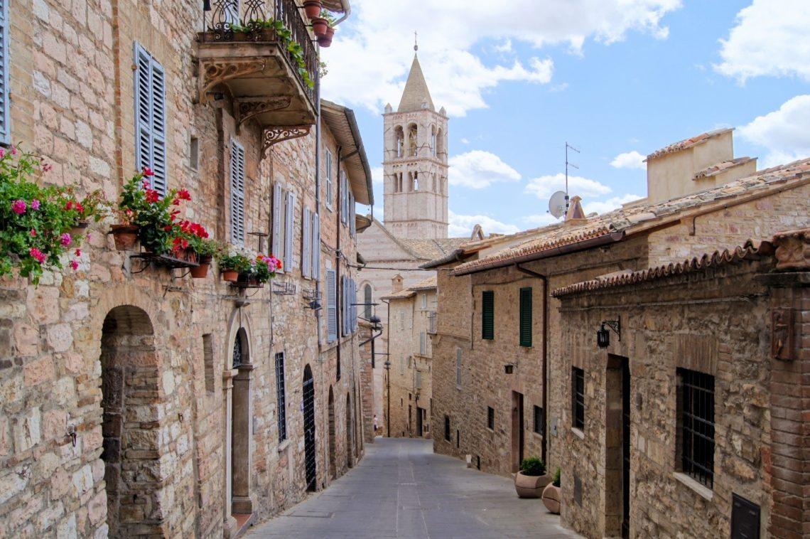 Detalhe de uma das tantas pitorescas ruas de Assis, pelas quais vale a pena se perder. No fundo, Igreja de Santa Chiara.