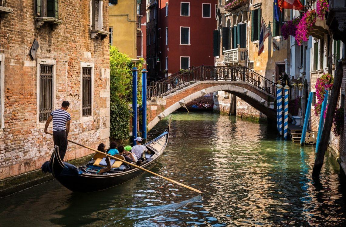 Gôndola navega em um pequeno canal