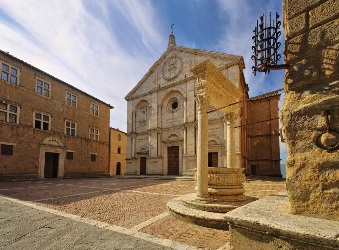 Piazza Pio II, coração da cidade, construída segundo os paradigmas de harmonia e perfeição do Renascimento: permanece até hoje intacta, qual Pio II e Rossellino a conceberam.