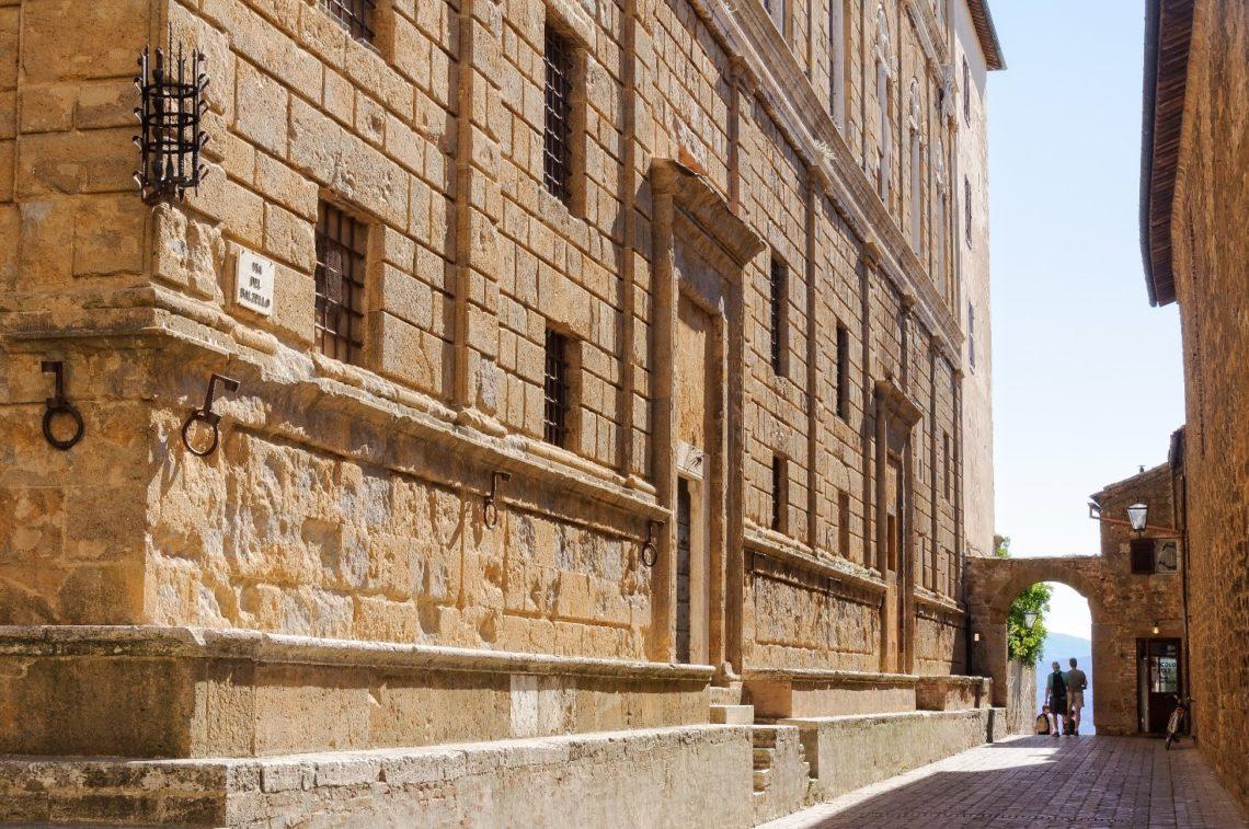 Prédio Piccolomini de Pienza, no estilo renascimental que Rossellino herdou do seu grande mestre Leon Battista Alberti.
