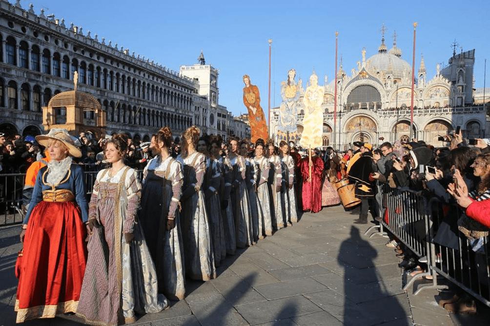 As Doze Marias chegando em passeata à Piazza San Marco.