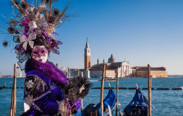 Foliona vestida a caráter durante o Carnaval de Veneza