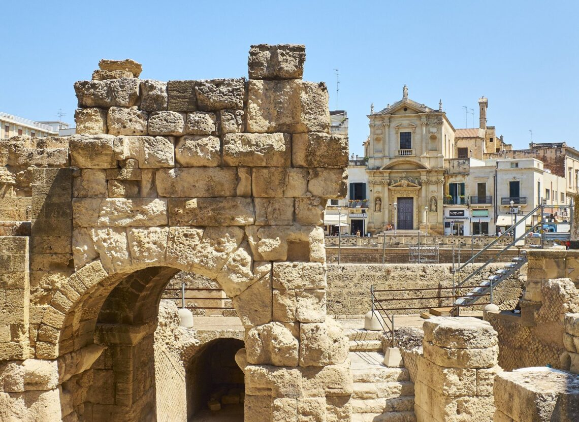 Lecce - detalhe da entrada do anfiteatro romano na Pizza Santo Oronzo.